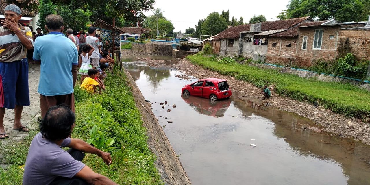 Pulang Nyekar, Mobil Berisi Satu Keluarga Masuk Sungai