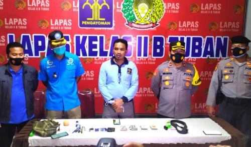 Minim Pengawasan, Petugas Geledah Kamar WBP Lapas Tuban dan Temukan Alat Terlarang