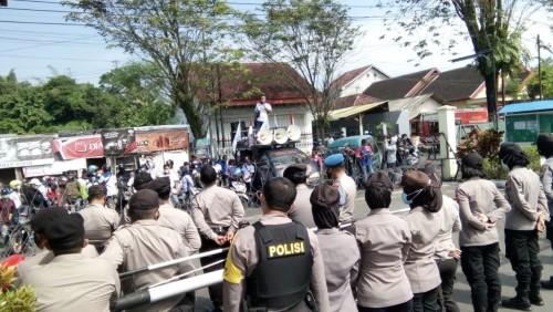 Dianggap Rugikan Pekerja, Puluhan Pekerja Indomarco Unras Depan Kantornya