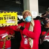 Driver Online FRONTAL Jatim Tetap Segel Kantor Grab di Surabaya
