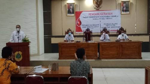 Hadir di Acara PMI penganugerahan Pendonor, Sekda Bondowoso Apresiasi Pendonor Darah Sampai 100 Kali