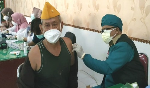 Kodim 0817 Gresik Vaksinasi Purnawirawan dan Warakawuri TNI AD
