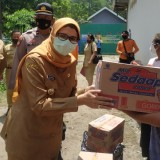 Blusukan, Bupati Blitar Rini Salurkan Bantuan Sembako kepada Warga