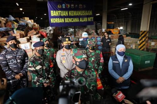 Bantuan Korban Bencana Alam NTT Diangkut KRI Tanjung Kambani-971