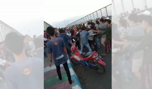 Kelompok Remaja Tawuran di Jembatan Layang Tol Paspro Saat Ngabuburit