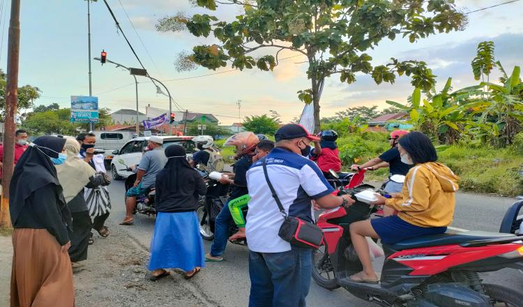 Sekber IPJT DPC Purworejo dan IRMA Kelurahan Tambakrejo Bagikan Takjil Gratis