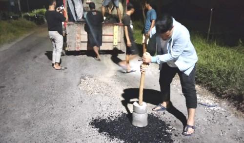 Penanganan Jalan Rusak Lamban, Anggota Dewan dan Warga Tambal Jalan