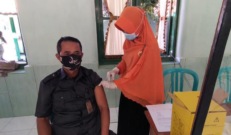 Purnawirawan TNI AD dan Warakawuri Terima Vaksinasi Covid-19 Pertama