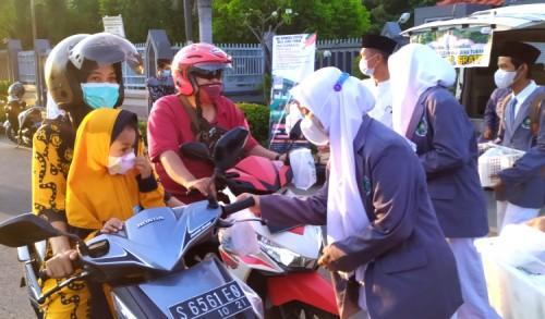 Berkah Ramadhan, Siswa-siswi MA Manbail Futuh Tuban Bagi-bagi Takjil