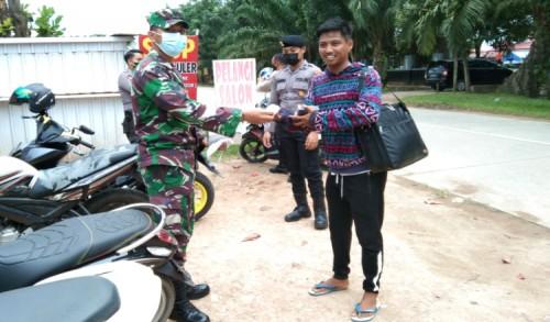 Gandeng Polsek, Koramil 0909-01/Sangatta Laksanakan Pendisiplinan Penerapan Protokol Kesehatan Dalam Beribadah