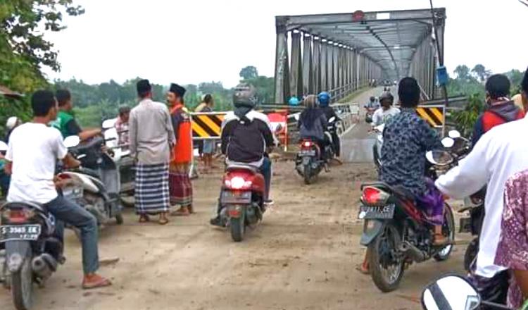 Enam Bulan Rusak, Jembatan Penghubung Tuban-Bojonegoro Belum Ada Perbaikan