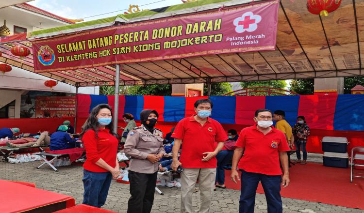 Klenteng Hok Sian Kiong Mojokerto Berikan 150 Paket Sembako Agar Masyarakat Bisa Donor di PMI