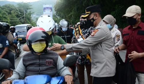 Gandeng Wartawan, Humas Polda Papua Bagikan Ribuan Takjil dan Masker Gratis