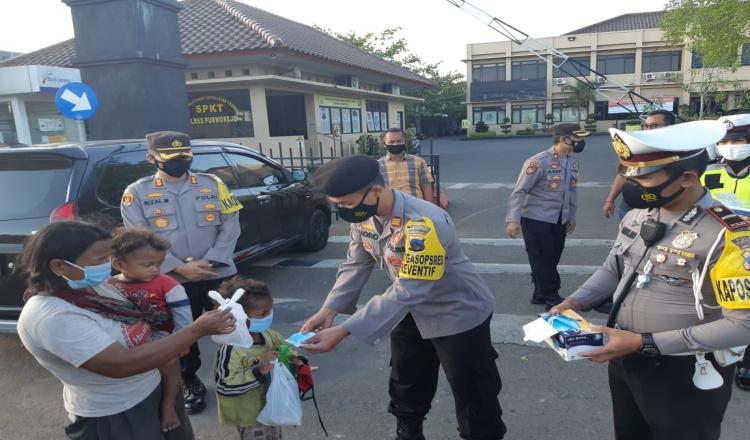 Kapolres Purworejo Pimpin Bagikan Takjil Kepada Para Pengendara di Depan Mapolres