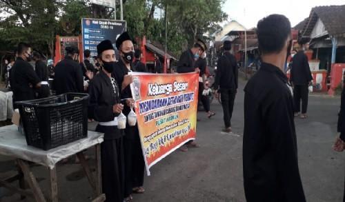 Petik Hikmah Ramadhan, PSHT Ranting Tamanan Cabang Bondowoso ini Bagi-bagi Takjil Jelang Buka Puasa