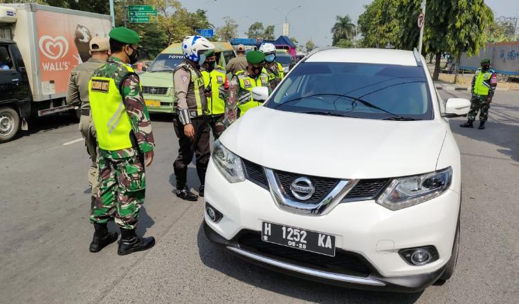 Aparat Mulai Lakukan Penyekatan Kendaraan yang Masuk Gresik