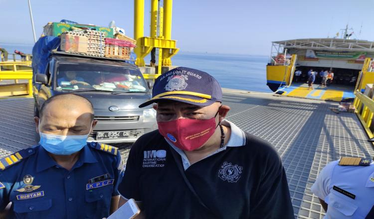 Pastikan Kapal Ferry Aman, Kepala KSOP Panarukan Cek Kelayakan Kapal