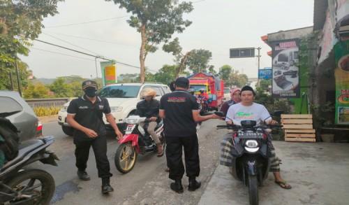 Ormas GNPP Purworejo Bagikan Ratusan Takjil Kepada Pengendara di Pertigaan Maron