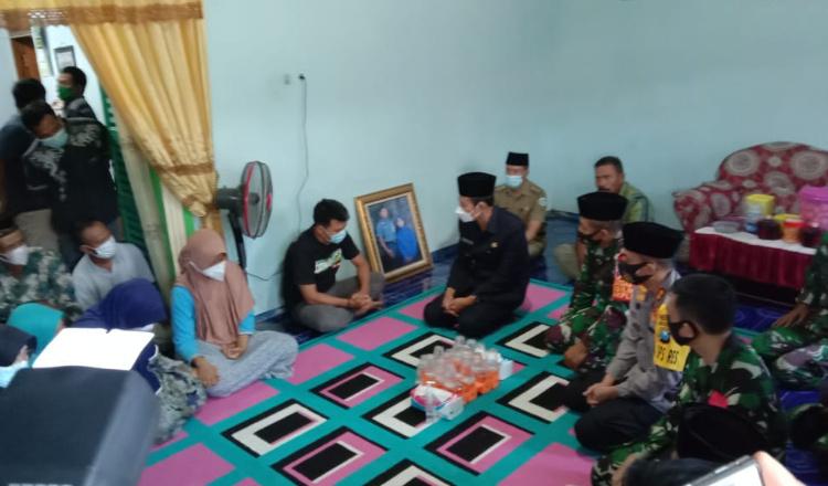 Isak Tangis Selimuti Keluarga Korban KRI Nanggala-402 di Lamongan