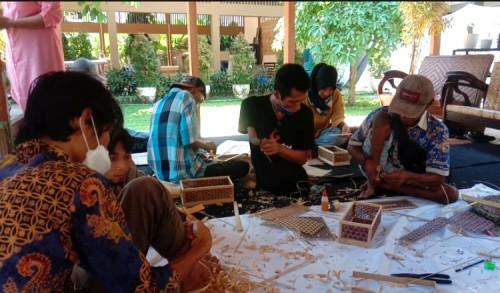Lewat Pelatihan Kerajinan, Difabel di Banyuwangi Didorong Mandiri Ekonomi