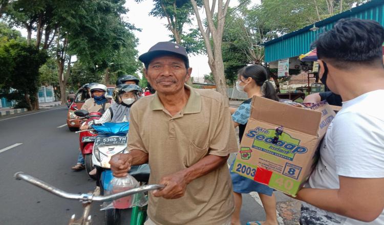Toleransi Ramadhan, Warga Non Muslim di Banyuwangi Turut Berbagi Takjil Gratis