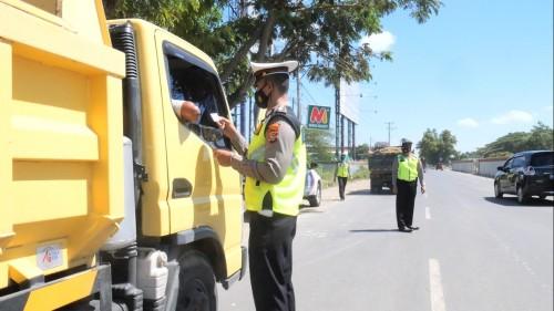 Dinilai Meresahkan, Polres Loteng Tertibkan Dump Truck Depan Bandara