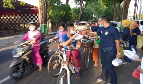 Putra Satria Legend Membagikan 515 Paket Takjil di Beberapa Titik Kota Tuban