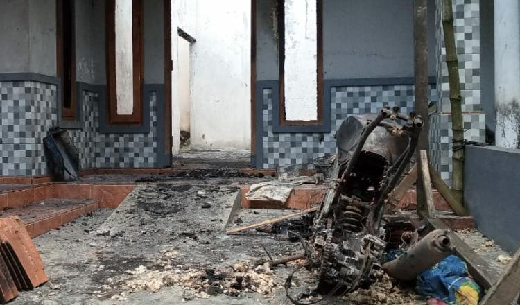 Diduga Akibat Arus Pendek, Rumah di Tembokrejo Jember Ludes Terbakar