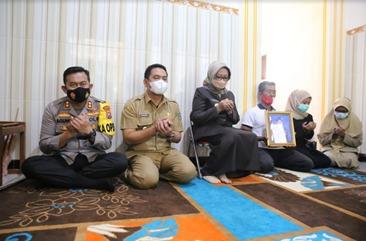 11 Kapolres Di Jawa Timur Datangi Keluarga Korban KRI Nanggala 402