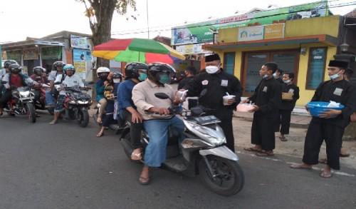 PSHT Ranting Kecamatan Bondowoso Bagikan 1500 Takjil dan Buka Puasa Bersama