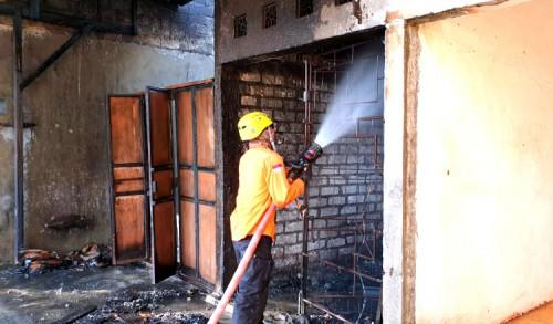 Berawal Dari Bermain Korek Api, Bengkel Motor di Bancar Tuban Kebakaran