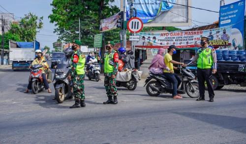 Hari Pertama Penyekatan di Gresik, Polisi Putar Balikan Travel Tujuan Madura