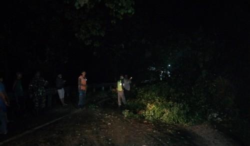 Longsor di Merangin Kampar, Jalan Riau-Sumbar Putus
