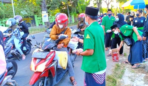 Akhiri Rangkaian Kegiatan Ramadan, PAC Ansor Semanding Tuban Bagikan Takjil Gratis