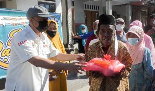 Komunitas Raung 4X4 Jember, Berbagi Ratusan Sembako di Desa Maelang Wuluhan
