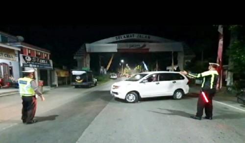 Perketat Pengamanan, Polisi Putar Balikan Kendaraan di Pos Penyekatan Udanawu Blitar