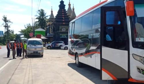 Travel Gelap Dihadang Petugas di Perbatasan Jatim-Jateng, 19 Penumpangnya di Tes Rapid