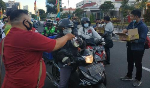 Pokja Wartawan DPRD Surabaya Bagi-bagi Takjil, Sampaikan Pesan Saling Berbagi
