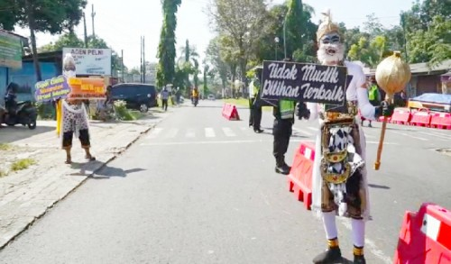 Polres Blitar Terjunkan Tokoh Pewayangan untuk Halau Pemudik Lebaran