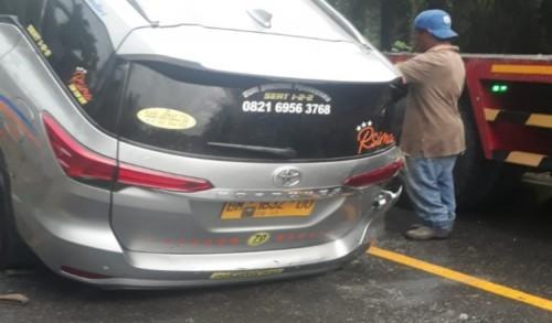 Sebuah Minibus Terbalik di Jalan Lintas Sumatera-Pekanbaru