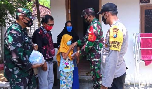Jelang Lebaran, TNI di Widang Tuban Bagikan Ribuan Paket Sembako dan Santuni Yatim