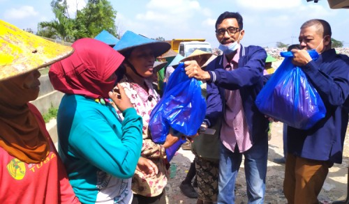 Jelang Idul Fitri, Nasdem Tuban Bagikan Ratusan Paket Sembako Kepada Masyarakat