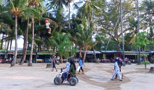 Mempesona, Pengunjung Wisata Pantai Kelapa Tuban Membludak Selama Libur Lebaran