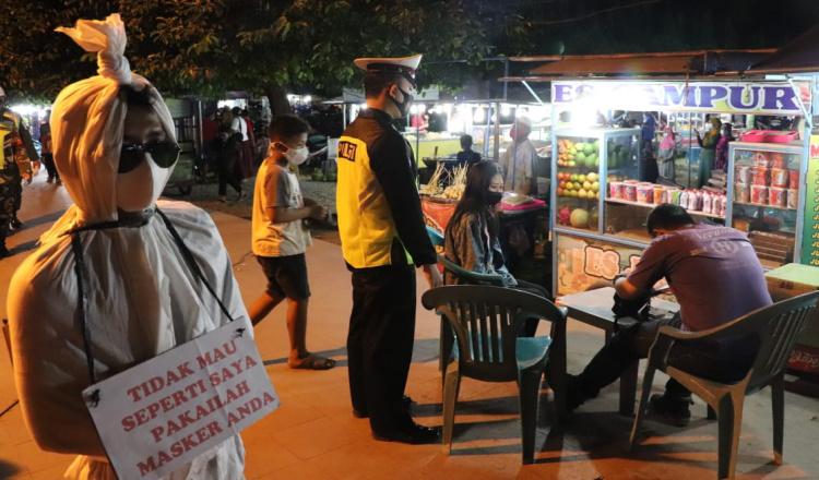 Bikin Merinding, Ada Pocong saat Polisi Bagi Masker di Ponorogo