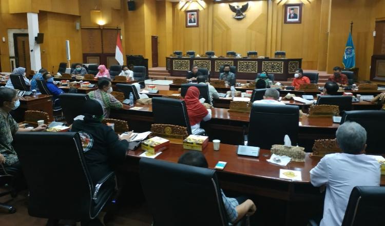 Tak Kondusif, Ketua Pansus Retribusi DPRD Surabaya Terpaksa Akhiri Rapat