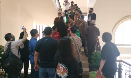 Geger, Adu Mulut Warga Surat Ijo dengan Pamdal di Gedung DPRD Surabaya