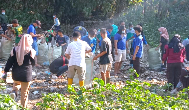 Jaga Lingkungan, Ratusan Pemuda di Tuban Bersihkan Tumpukan Sampah