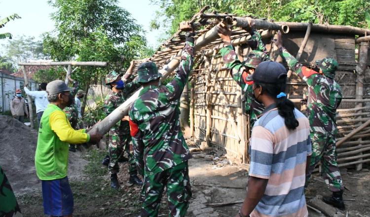 Tak Layak Huni, Tentara di Ponorogo Bantu Rehab Rumah Warga