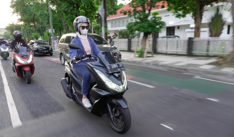 Tips Bawa Barang Bagi Saat Mengendarai Motor Agar Tetep Aman Untuk Perempuan
