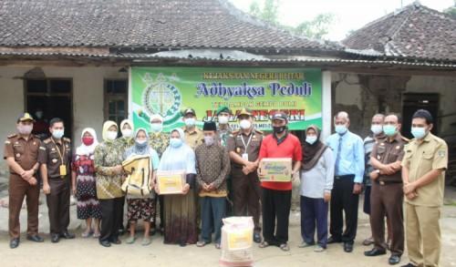 Ringankan Beban Sesama, Kejari Blitar Salurkan Bantuan Bagi Warga Yang Terdampak Gempa